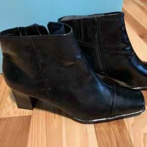 NWT Life Stride Sumner Black Booties Size 9